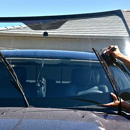 Slika prikazuje pokretni servis za zamjenu auto stakla koji je izašao na intervenciju.